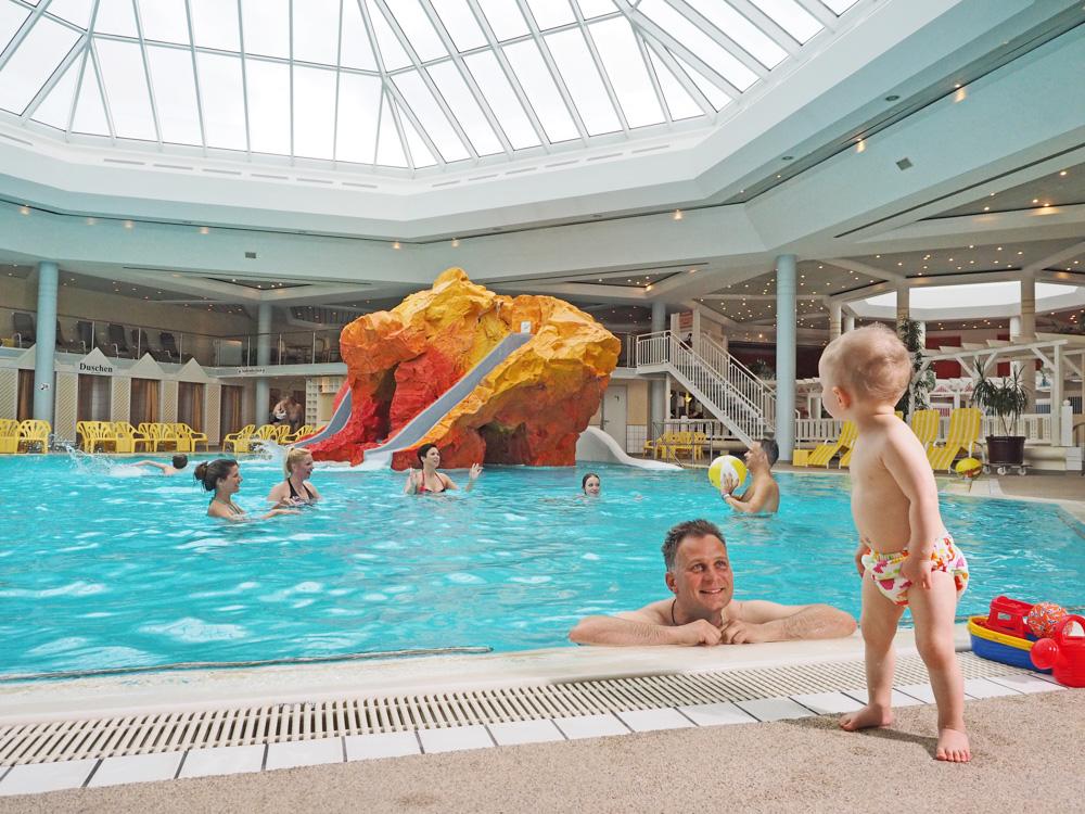 Badespaß für Groß und Klein im Großen Becken der OstseeTherme Usedom