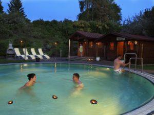 Zur Mitternachtssauna im Außenbecken der OstseeTherme Usedom